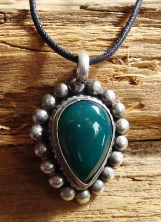 Ketting met hanger van Tibetaans zilver met groene Agaat Te koop bij www.happybazaar.nl