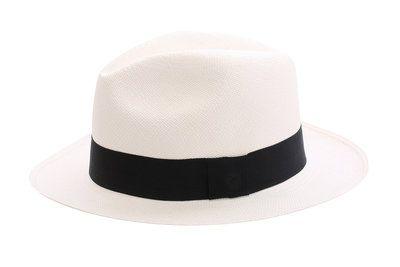 Tijdloos, klassiek model hoed. Deze witteFedora Clásicomet de zwarte band is een echte klassieker als je aan een panamahoed denkt. Deze hoed heeft een 6e graad weving, dus fijner gevlochten. Deta...