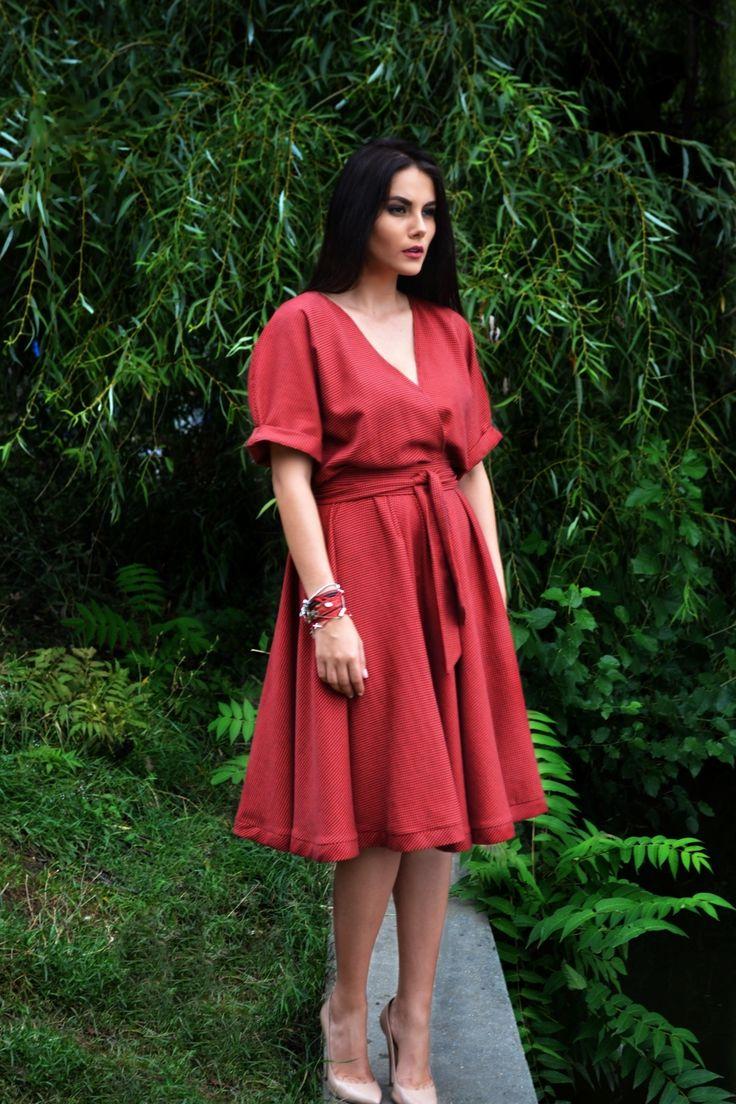 Rochie roșie cu carouri negre.