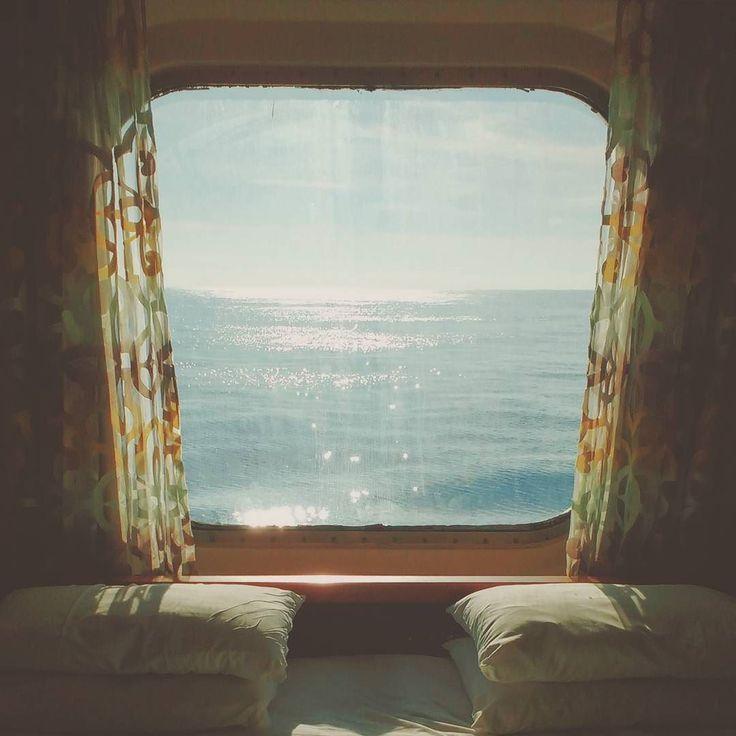 Loving this view! #middeteriansea #cruise #cruiseship #cruising #vessel #view #window #curtain #interior #interiordesign #bed #pillows #water #sea #horizon #cabin #mittelmeer #kreuzfahrt #kreuzfahrtschiff #schiff #ausblick #bullauge #vorhang #bett #kopfkissen #wasser #meer #see #horizont #kabine