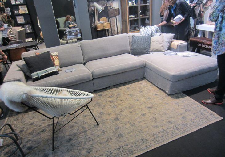 meubelstuk 1 basic label festone bank in stof variant, kleur grijs 80 cm hoog 96/177 cm diep en 349 cm lang prijs: 1450,-
