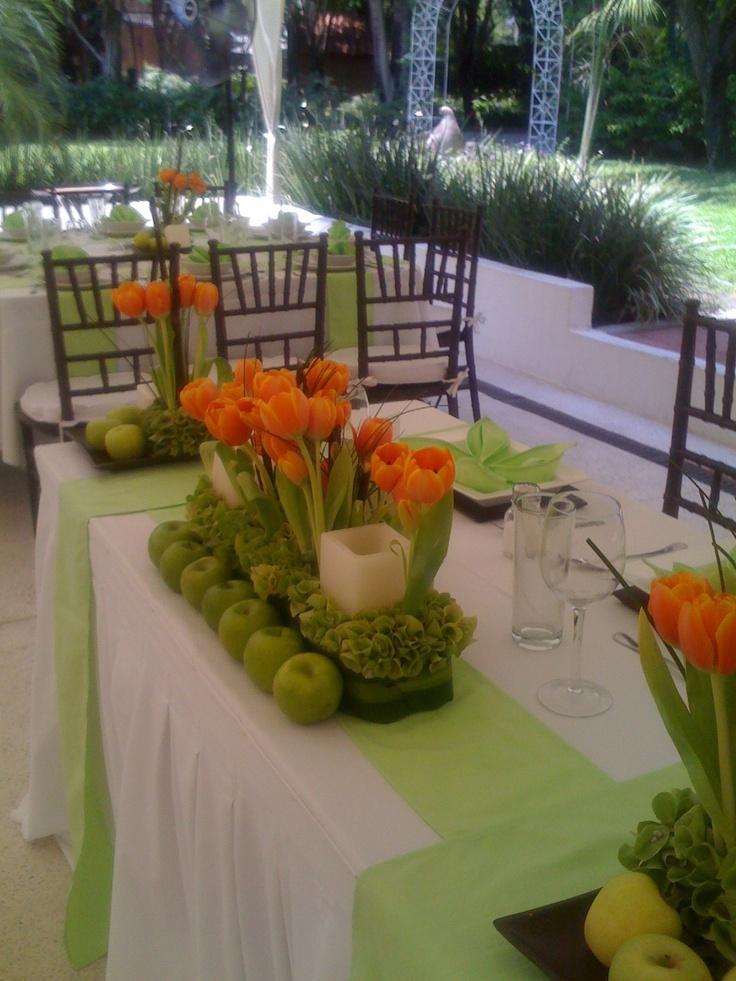 Tulipanes naranja con manzanas en manteler a verde www - Imagenes de mesas con manteles ...