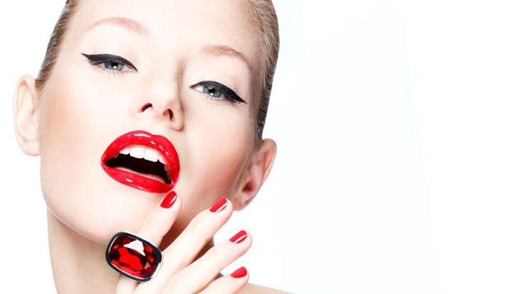 Makeup trends. Κόκκινα χείλη με έντονο μαύρο eye liner. Το μακιγιάζ που όσα χρόνια και αν περάσουν θα αποτελεί πάντα τη νούμερο ένα επιλογή όταν θέλουμε να νιώσουμε ποθητές, μυστήριες, .... θηλυκά.