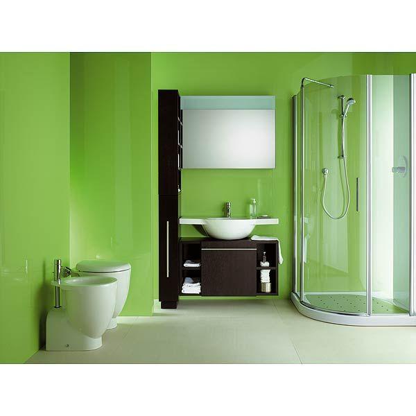 Hay un inodoro y un bidé, un lavabo con una compartimiento  donde se puede encontrar la pasta de dientes y cepillos de dientes y toallas. Las paredes son de color verde y el suelo es de color blanco.