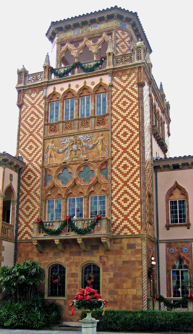 Пестрый испанский дом-башня