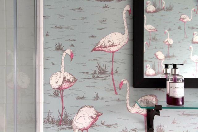Flamingo wallpaper in the bathroom - colour & fun!