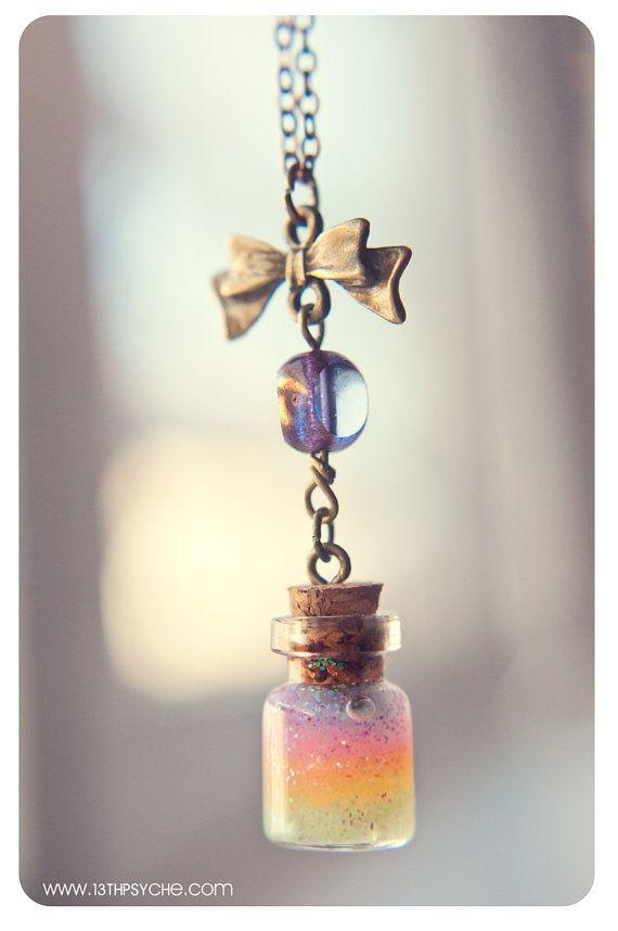 Un collar de botella de cristal pequeña hecha a mano con gel de brillo interior. :)  Tamaño: -Frasco de tamaño, sin corcho: 13 X 18 mm (0.71 en x 0,51                                                                                                                                                     Más