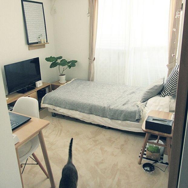 ソファーおきたいけど置いたら部屋に入れなくなっちゃう・・・そんな方はベッドの向きを変えてみては?インテリアの色や素材を統一する…