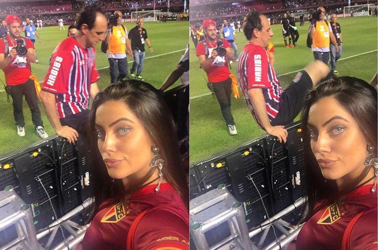 Jessica Nunes (je.nuness|Instagram): A famosa selfie que todos falaram da Fox hahaha Sim, era eu. Registrando o momento em que o #M1to foi para o escudo do #Tricolor em sua despedida ❤️ #MusadoSãoPaulo #SPFC #prasemprem1to @saopaulofc @passaportefc