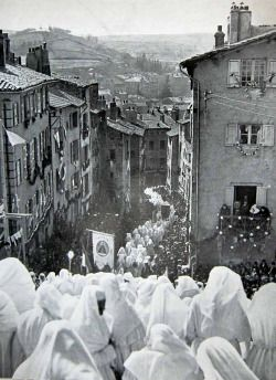 A procession in the French Marian shrine Le Puy-Notre-Dame, 1932.