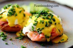 Яйца Бенедикт с семгой и соусом с хреном