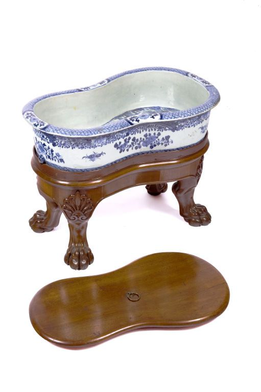 "2nd quarter of 19th century English export blue and white bidet with mahogany - Cover resting on a regency mahogany stand ending in carved paw feet. Tao Kuang Period (1821-1850) LENGTH: 23.25"" DEPTH: 14"" HEIGHT: 17"" - O'Sullivan Antiques, New York"