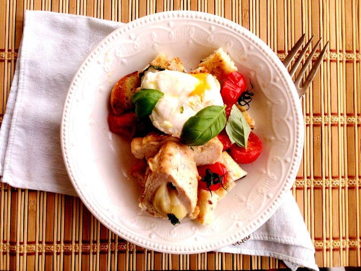 Panzanella mozzarellával töltött csirkemellel és barnavajas buggyantott tojással, grillezve - Panzanella with roasted vegetables, cheese-stuffed chicken breast and poached egg with brown butter