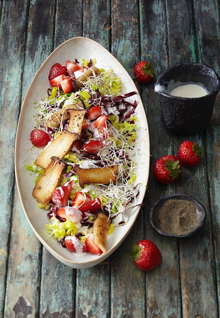 Salat mit Erdbeeren und Kräuterseitlingen   Zeit: 30 Min.   http://eatsmarter.de/rezepte/salat-mit-erdbeeren-und-kraeuterseitlingen