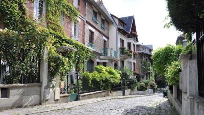 Pour le cinquième volet de nos promenades dans le Paris bucolique, nous sommes allés flâner dans le 14e... La rue pavée square Montsouris, située dans le quartier du parc Montsouris (dont elle tire son nom), est pentue et bordée de jolies petites maisons.