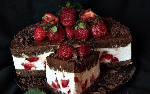Retete Culinare - Tort cu ciocolata, mascarpone si capsuni
