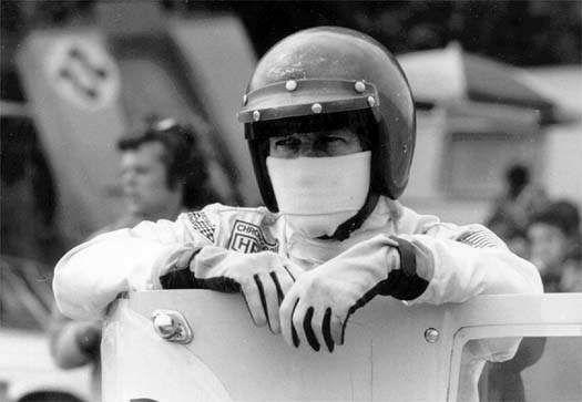Steve appuyé sur la portière de sa Porsche 917 au Mans