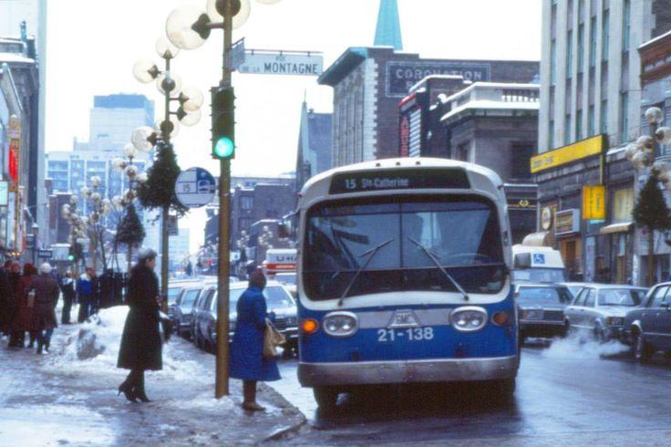 Bus de la ligne 15 sur la rue Sainte-Catherine Ouest à l'angle de la rue de la Montagne, 1984 (Photo: Archives de la STM)