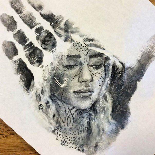 Художник Russell Powell рисует портреты на ладони рук, после чего делает отпечаток на бумаге