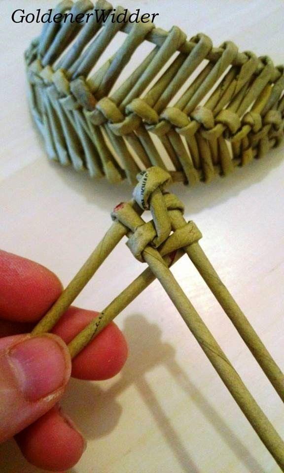 """Tejiendo tubos de periódicos: trenzado decorativo elemento """"hoja"""", """"ala"""", """"pluma""""."""