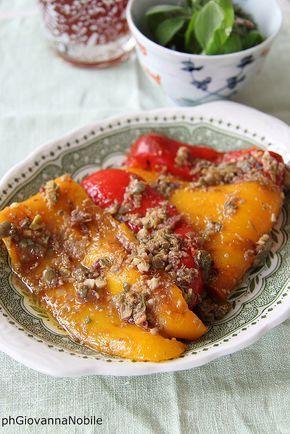 Peperoni marinati, con olive, capperi ed erbe aromatiche