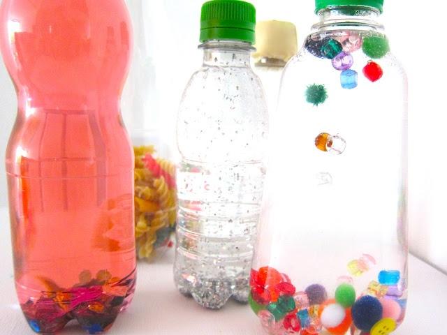 Botellas sensoriales: se llena de agua o aceita de bebe y meter diferentes objetos: una con objetos que pesen, otros más ligeros, otros que brillen, otros que hagan sonidos....