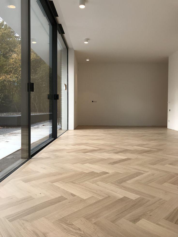 Beautiful light oak parquet floor, in a large fishgra …