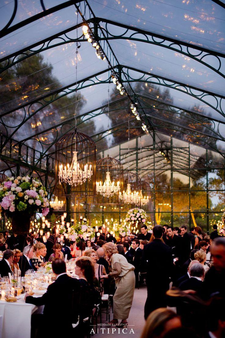 Mesas de casamento clássicas com lustres em uma tenda de vidro. Por A-TIPICA Classic tables …   – Fest