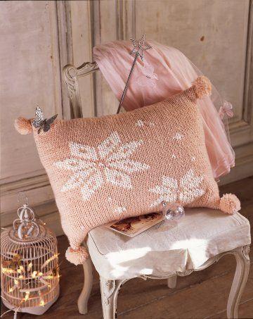 Coussin tricoté en laine au point de jersey rose bonbon, orné de flocons de neige blanc et de pompons n°63