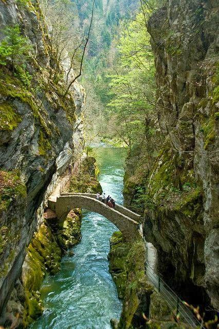 Precioso puente entre roquedos