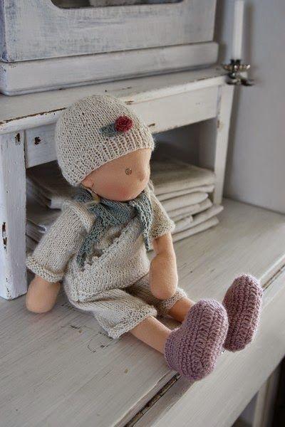 Ich durfte nochmal Puppenkleidung für ein Puppenkind von der lieben Puppenliesl stricken . Hier zeigt euch die Kleidung Irmi, me...