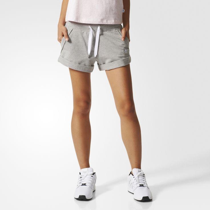 Повседневные женские шорты с карманами, украшенными модными необработанными карманами. Модель выполнена из мягкого махрового трикотажа с подвернутыми манжетами и Трилистником на бедре.