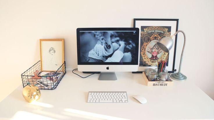 """Bureau tout blanc pour chambre hausmanienne. Corbeille en acier La Foire Fouille, tableau """"Jungle Studio"""", lampe vintage du grenier, pot à crayon """"le parfait"""", cadre noir IKEA, affiche convention du tatouage d'hossegor."""