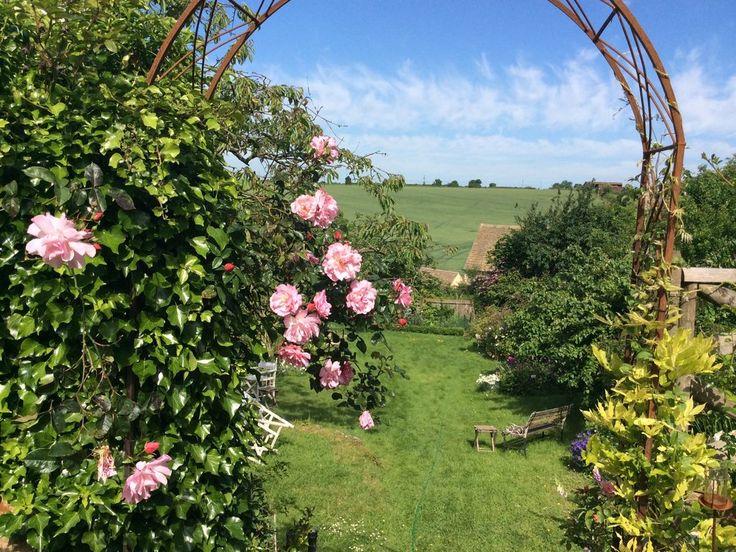 un luogo immaginario, una piccola casa nella campagna inglese..con un grazioso giardino, il caminetto acceso e una torta sempre pronta per gli amici..