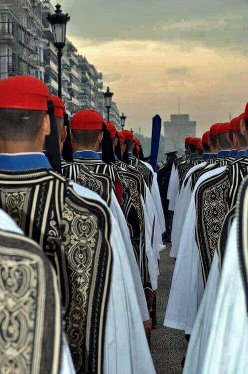Εύζωνες της Προεδρικής Φρουράς αντικρύζοντας τον Λευκό Πύργο, στη Θεσσαλονίκη.