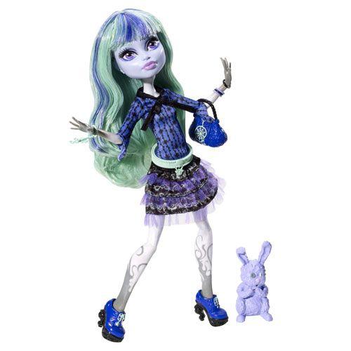 Noua Papusa Monster High Twyla 13 Dorinte, fiica celebrului Boogey Man, vine aranjata cu o rochie ca de vis, admirata in noul dilm Monster High 13 Dorinte. Ea poarta o draguta rochie incretita asortata cu un top, precum si o gentuta la moda si celebrul iepuras, Dustin!