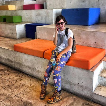 Camila Sodi completó su atuendo con botas Timberland estampadas.