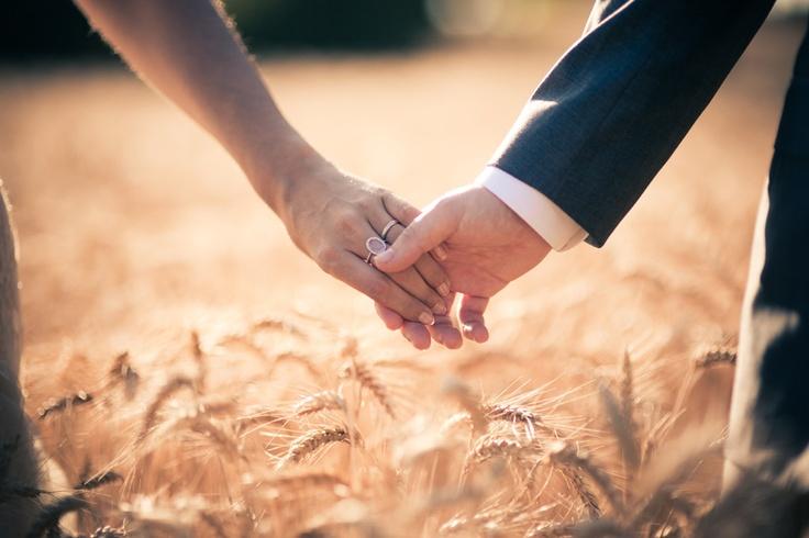 Bella imagen de manos de novios entrelazadas. Momentos #bucólicos ...