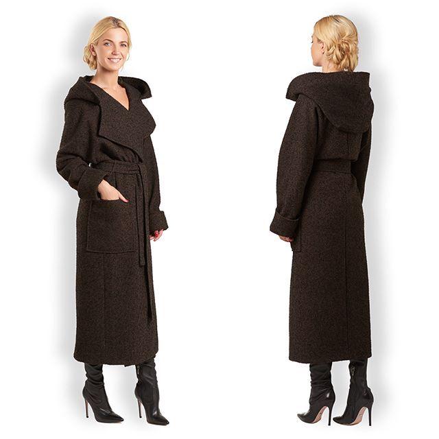"""Для всех, кто мечтает о пальто. Выбирайте хорошее пальто - из качественных тканей, универсальное, практичное👌🏻  Девушки, в UONA новинки! Нас давно просили пальто с капюшоном, а мы любим исполнять желания🤗  Пальто-халат с капюшоном #артикулп27.  2 цвета: черно-коричневый, сине-фиолетовый.  Цена: 19900₽  Размер: One Size (с идеальной посадкой на S/M/L)  ‼️До 30 августа бутик UONA работает в """"Lotte Plaza"""", а потом переезжаем💃🏻. Следите за анонсами!"""