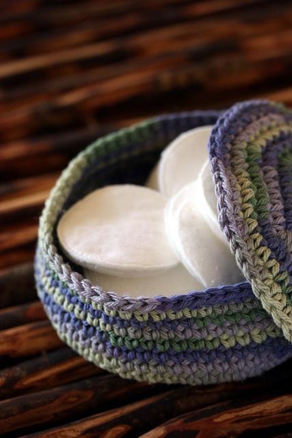 Such a cute idea. Crochet box for cotton pads