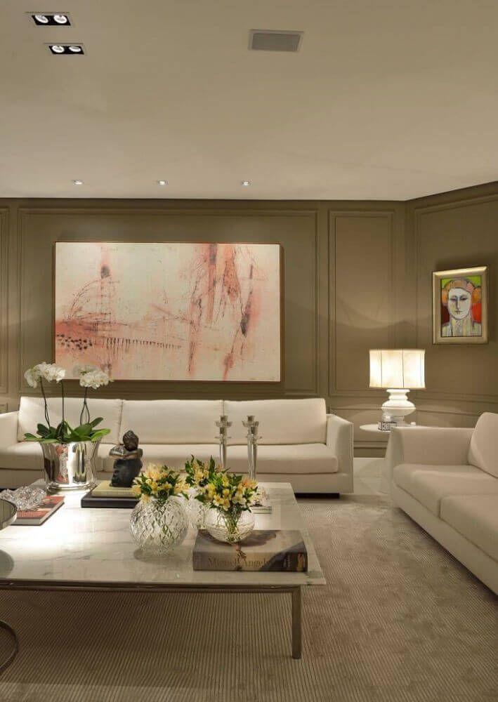 a9c115a00 decoração clássica em tons neutros para sala com sofá branco e moldura de  parede