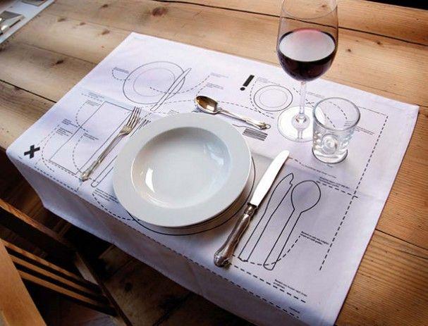 Placemet die je helpt om al het bestek en servies goed te leggen. Dus je kunt gerust even spieken!