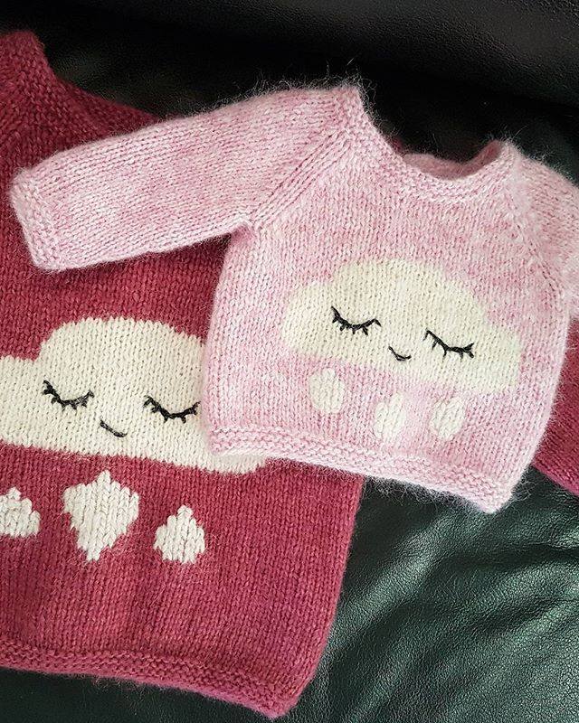 Have you seen anything cuter than @ingvillarntsen's version of the ​#regnskygenser by @lillerilledesign ​in #DROPSAir ❤❤ Would you like to make it too? This is not a #dropsdesign but a pattern you can buy in Ravelry (in Norwegian) by clicking the link in our profile! #dropsfan #dropsyarn #barnestrikk #knitforkids