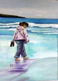 mujer que camina descalza por la playa