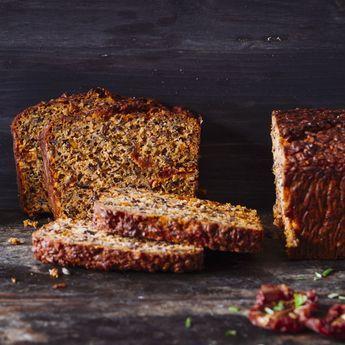 Schnödes Brot war gestern: Hier landen getrocknete Tomaten, Oliven, Mandeln und Kräuter im Teig. Herrlich aromatisch!