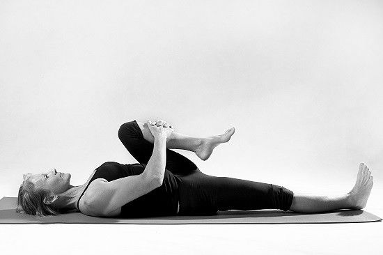 étirer le muscle sciatique avec un lever de genou