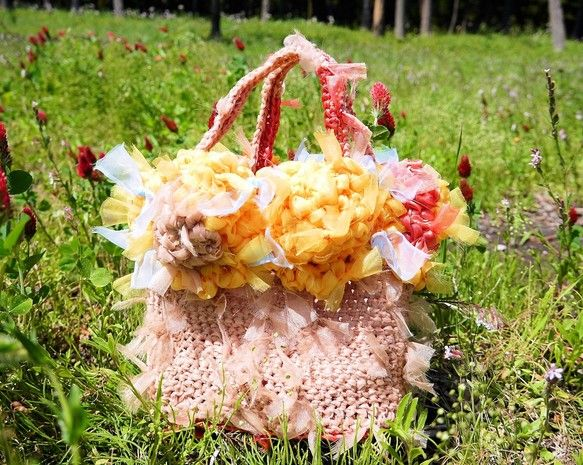 ゴッホのひまわりのような大輪が咲く、咲き編みバスケットです。手に取るだけで、ぱっと華やぎます。デイリーにはもちろん、パーティーや、海などへのレジャーにも!しっ...|ハンドメイド、手作り、手仕事品の通販・販売・購入ならCreema。