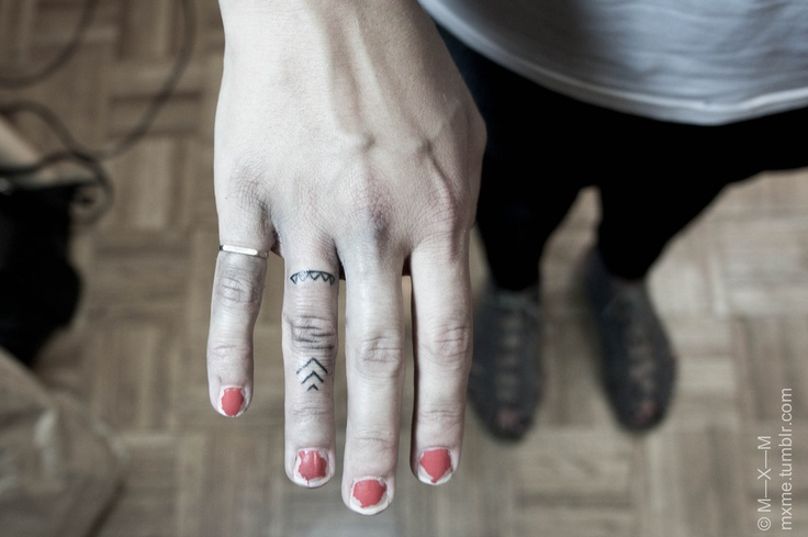Arrow finger tattoo. - 3 lines for 3 sisters | Tattoos | Pinterest ... Arrow Tattoo