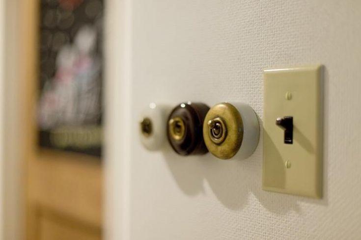 <p>レトロなスイッチを飾るように壁に並べて。</p>