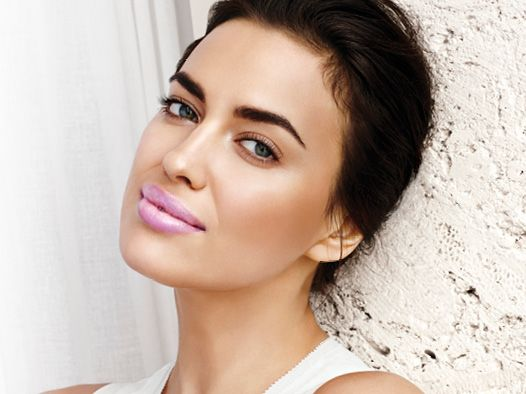 Pitkän juhlakauden jälkeen luonnollinen meikki tekee terää. Sipaus ripsiväriä ja Avon sävyttävä huulivoide (Pearlescent Pink) riittää!   Avon tinted lip treatment in Pearlescent Pink